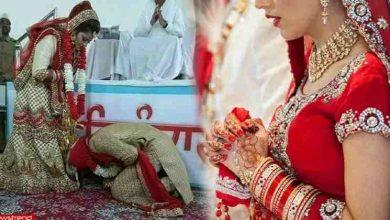 Photo of वरमाला के बाद दूल्हा अपनी दुल्हन के पैरों पर आखिर क्यों गिरा ? जानेंगे तो आप भी वैसा ही करेंगे